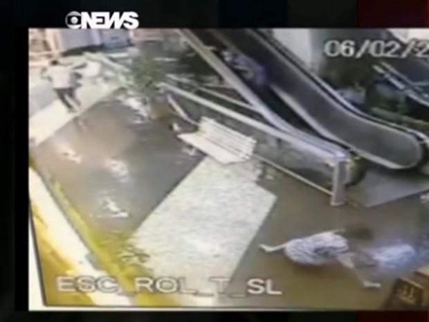 Mulher cai após ladrão conseguir soltar a bolsa (Foto: Reprodução / GloboNews)