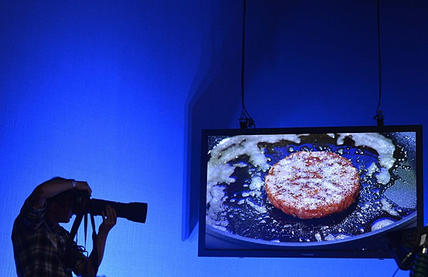 Hambúrguer de laboratório é frito e exibido ao vivo por estúdio de TV em Londres (Foto: Toby Melville/Reuters)