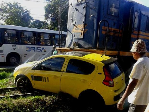Carro tenta passar por linha férrea e é arrastado por trem de carga na Bahia (Foto: Diculgação/ Site Bahia10)