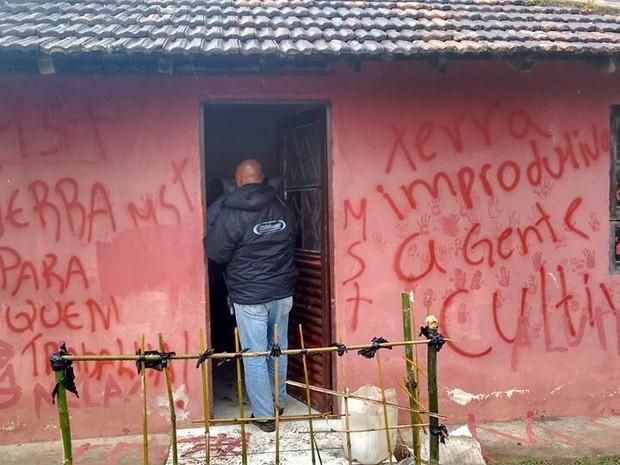 Famílias deixaram pichações ao deixar fazenda ocupada (Foto: Lauri Lopes/Arquivo pessoal)