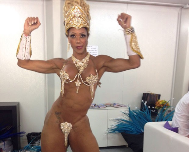 Rosi Barretto usa pequeno tapa-sexo (Foto: Lívia Torres/G1)