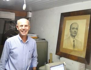 Bruno Falci, ao lado da foto do avô Antônio Falci, ex-presidente do Cruzeiro (Foto: Marco Antônio Astoni / Globoesporte.com)