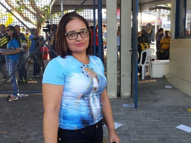 Candidata foi fazer prova usando camisa com imagem da santa religiosa Maria (Foto: Artur Lira/G1)