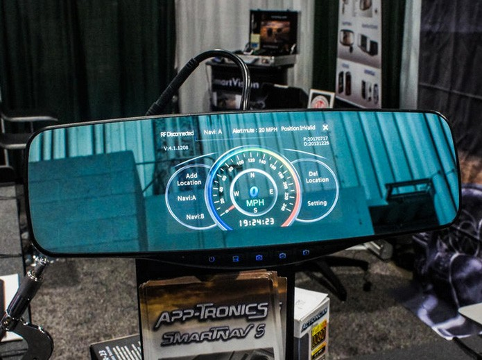 Espelho usa os sensores GPS para mostrar a velocidade em tempo real (Foto: Reprodução/Wayne Cunningham/CNet)