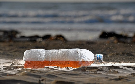 Garrafa plástica descartada em praia na Escócia (Foto: Jeff J Mitchell/Getty Images)