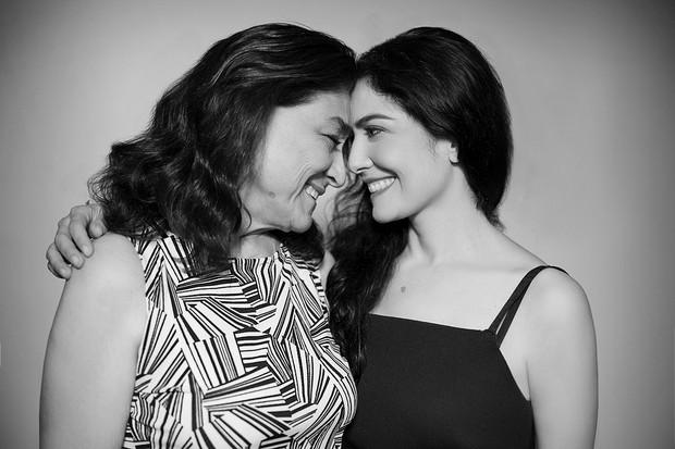 Letícia Sabatella posa com a mãe, Marilza (Foto: Anderson Barros / EGO)