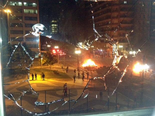 Vidro quebrado na Câmara de São Paulo (Foto: Roney Domingos/G1)