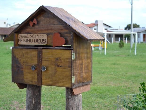 Minibiblioteca instalada no bairro Menino Deus, em Santo Antônio da Patrulha (Foto: Márcio Almeida/Divulgação)
