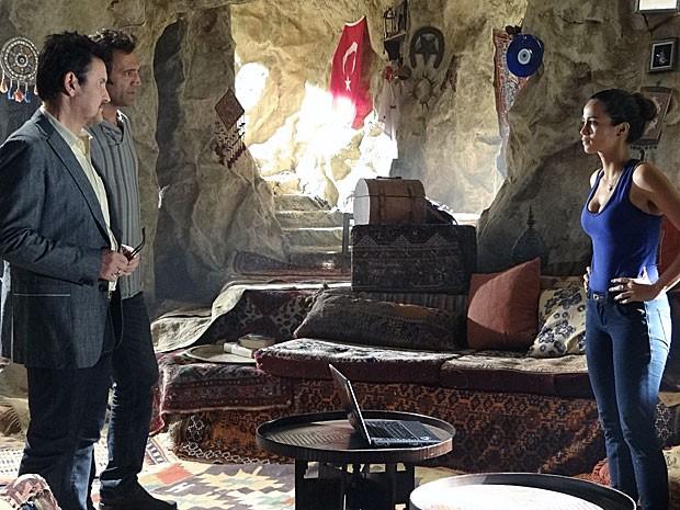 Morena conta a Zyah e Mustafa que está grávida (Foto: Salve Jorge/TV Globo)