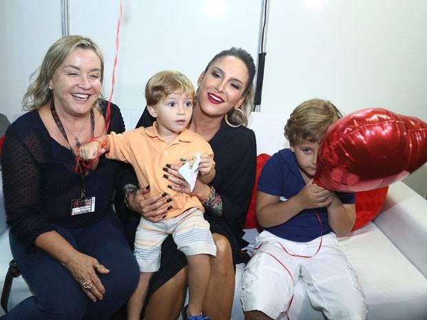 Claudia Leitte posa ao lado da mãe e dos filhos (Foto: Raphael Dias/Gshow)