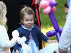 Princesa Charlotte e príncipe George roubam cena em festa infantil