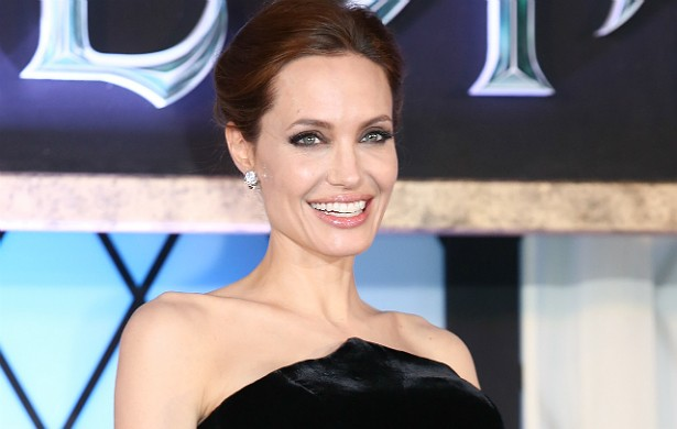 Na virada do século, Angelina Jolie era considerada uma atriz tão sensual quanto doida. O Oscar de Melhor Atriz Coadjuvante por 'Garota, Interrompida' (1999) pareceu mais uma forma de reconhecer o quão bem Jolie interpretava a si mesma em tela grande do que uma homenagem a seu talento. Ela chamava atenção beijando o próprio irmão na boca e fazendo apologia ao uso de drogas. Hoje é mãe de seis filhos (metade deles adotados) com Brad Pitt e, além de atuar, tem se arriscado a dirigir filmes. Frequentemente ganha as manchetes por seus trabalhos humanitários. (Foto: Getty Images)