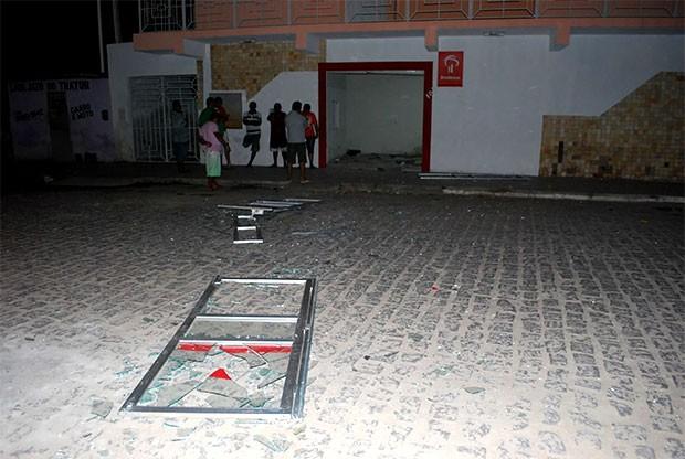 Explosão foi tão forte que arremessou para longe a porta da agência (Foto: Leonardo Ribeiro/Angicos Notícias)