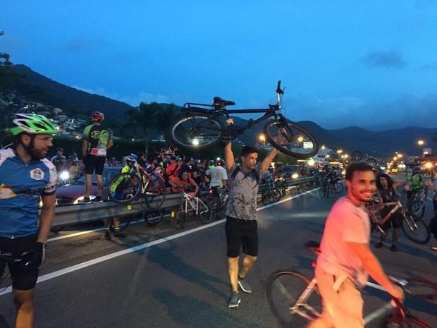 Ciclistas tomaram a rodovia em protesto na noite desta sexta (29) (Foto: Frederico Didoné/Divulgação)