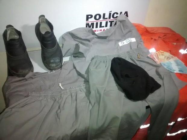 A PM aprendeu dois uniformes que os suspeitos utilizavam como disfarce para a prática de assaltos. (Foto: Diego Souza/G1)