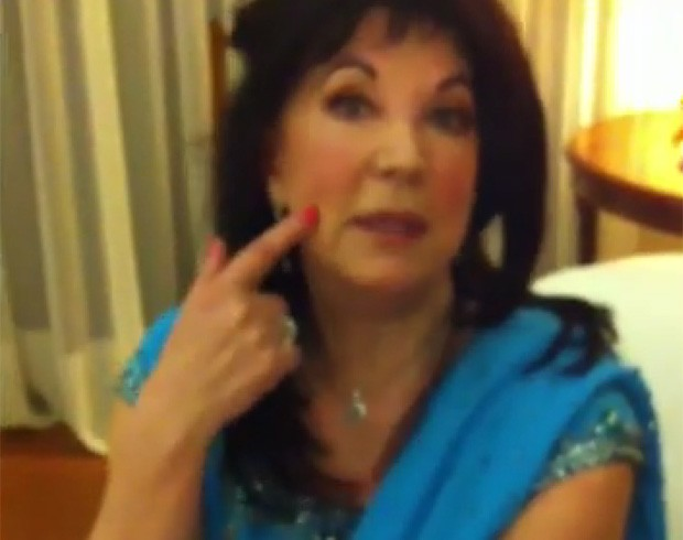 Stella Ralfini diz que o segredo para sua pele macia é a aplicação de uma máscara fácial feita com esperma (Foto: Reprodução/YouTube/Stella Ralfini)