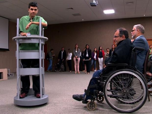 Inovação tecnológica permite que cadeirantes fiquem de pé, no ES (Foto: Reprodução/ TV Gazeta)