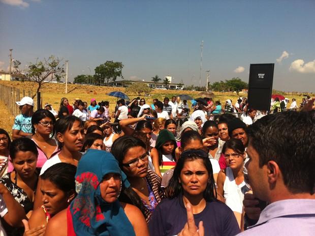 Presidente do Sindicato dos Agentes Penitenciários conversa com mulheres de detentos (Foto: Willian Farias/ G1)