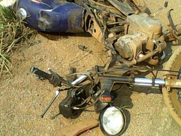 Motociclista morreu ainda no local  (Foto: Divulgação/PM)