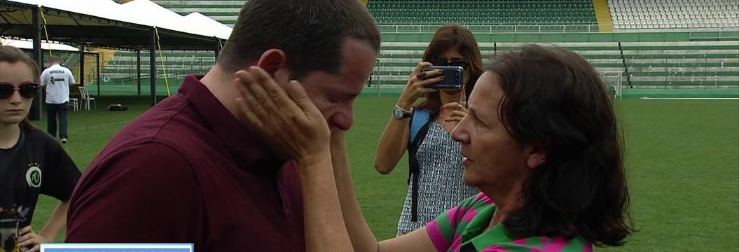 Mãe do goleiro Danilo enxuga  lágrimas do repórter Guido Nunes