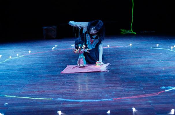 A atriz Michele Campos, da Companhia de Teatro Madalenas, em cena do espetáculo (Foto: Divulgação)