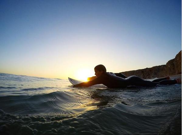 Isabella Santoni se arrisca no surfe (Foto: Reprodução/Instagram)