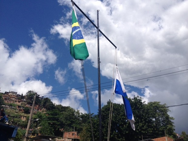 Bandeiras do Brasil e do Rio são hasteadas no Conjunto de Favelas do Lins (Foto: Mariucha Machado/ G1)