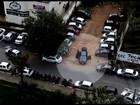 Vídeos mostram dupla furtando itens de dentro de carros em Goiânia; veja