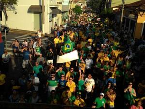 Manifestantes fizeram uma passeata no Centro de Salto (Foto: Polícia Militar/Divulgação)
