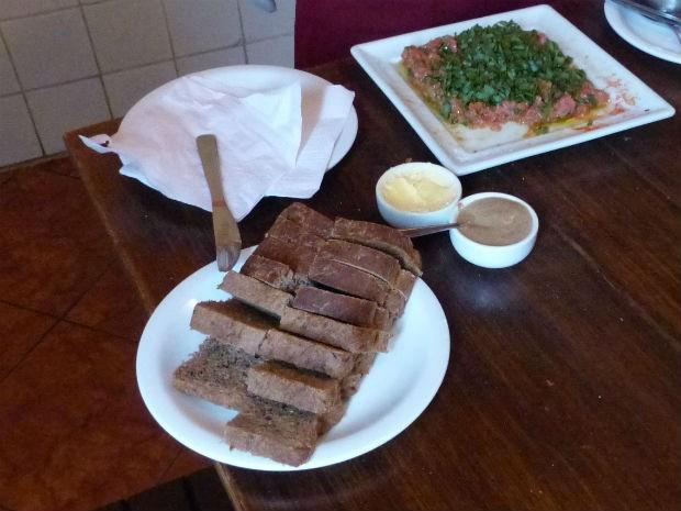 Sugestão é servir o prato com broa preta, manteiga, e mostarda escura (Foto: Fernando Castro/ G1)