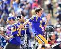 Com show do Red Hot e presença de LeBron, Rams vencem na volta a LA