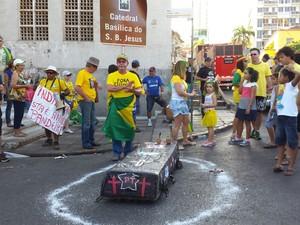 Na praça Alencastro, manifestantes fizeram enterro simbólico  (Foto: Eunice Ramos/ TVCA)