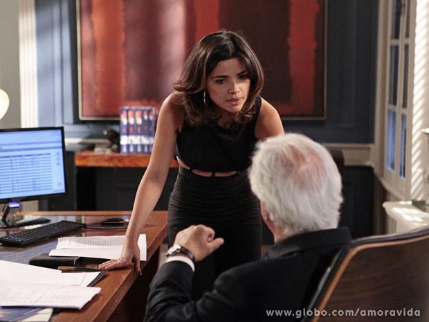 Aline arrisca romper com ele para conseguir o documento (Foto: Pedro Curi/TV Globo)