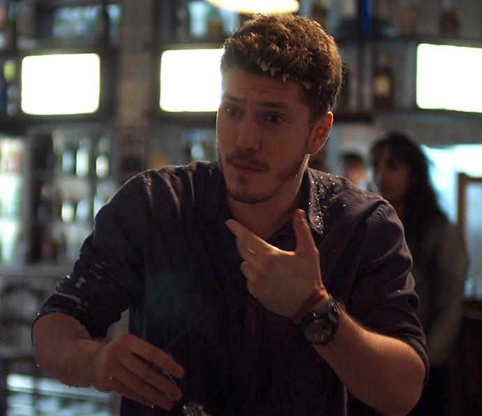 Alex fica sem reação com o ataque de Júlia (Foto: TV Globo)