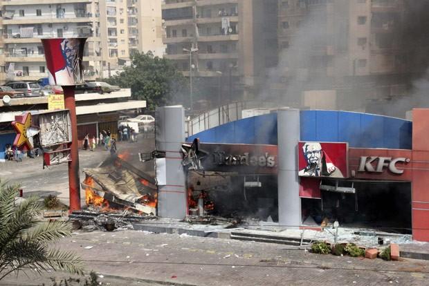 Loja da KFC destruída após ataque de manifstantes nesta sexta-feira (14) em Trípoli, no Líbano (Foto: AFP)