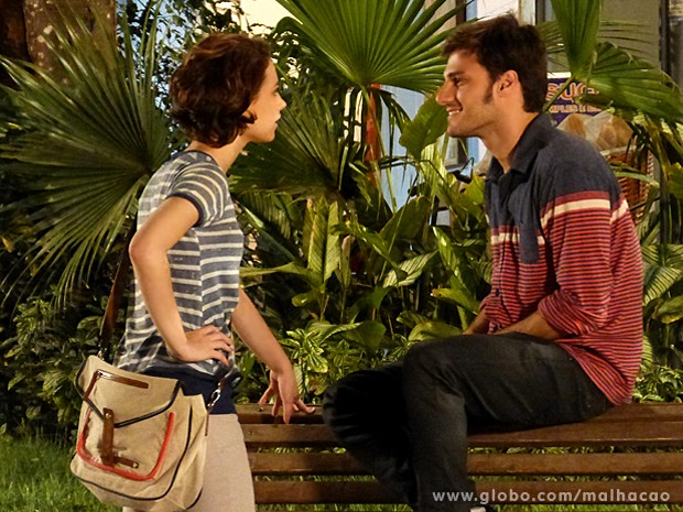 Micaela dá um esbregue em Martin por ensinar Paulino a azarar (Foto: Malhação / TV Globo)