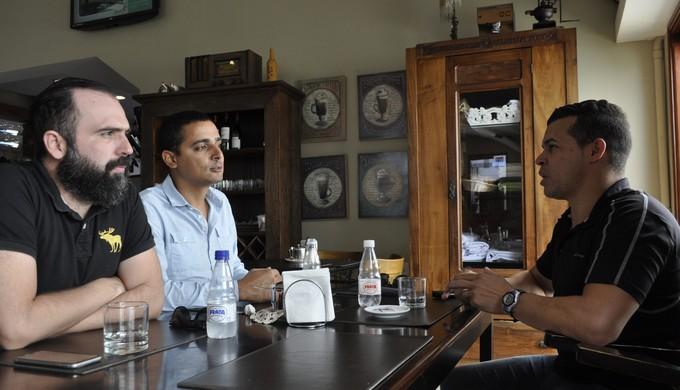 Novos dirigentes do Vulcão conversam com técnico Marcelo Albino, em Poços de Caldas (Foto: Lúcia Ribeiro)