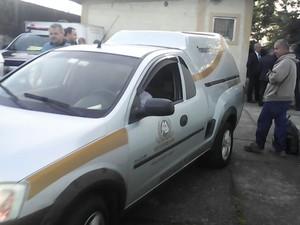 Carros do serviço funenário saíram do IML no fim da tarde (Foto: João Paulo de Castro / G1)