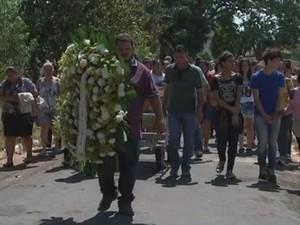 Enterro da adolescente foi na manhã desta segunda-feira (10), em Catanduva (Foto: Reprodução/TV TEM)