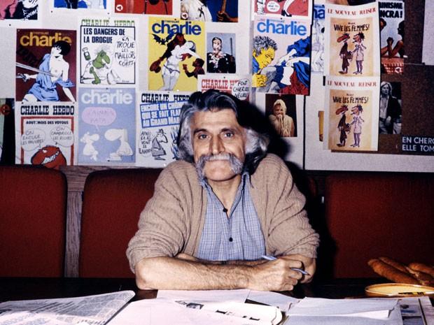 O escritor e cartunista francês François Cavanna, em foto de outubro de 1978, posa na redação da revista satírica 'Charlie Hebdo', em Paris (Foto: Stringer/AFP)