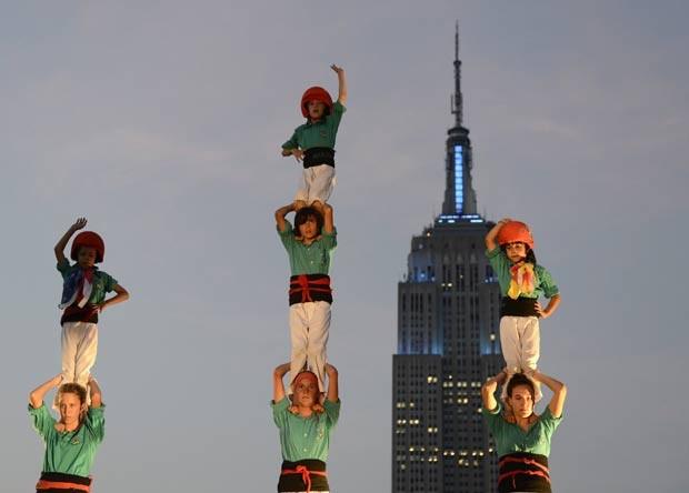 Torre humana foi feita em terraço em Nova York, nos EUA. (Foto: Timothy A. Clary/AFP)