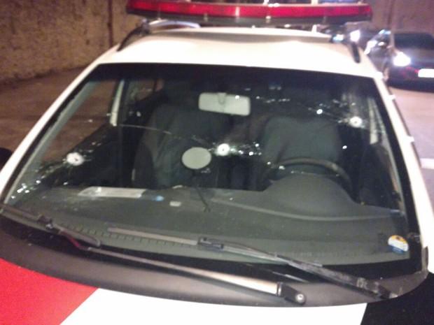Viatura da Polícia Militar foi alvejada no tiroteio (Foto: Reprodução/WhatsApp)