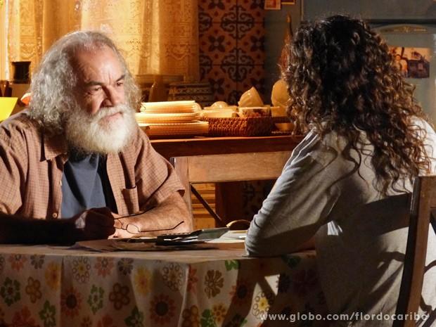 Chico conta para a filha o que aconteceu com Candinho (Foto: Flor do Caribe/TV Globo)