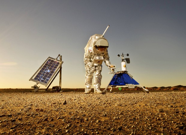 Cientista com traje espacial participa de simulação no Deserto do Saara (Foto: Katja Zanella-Kux/Reuters)