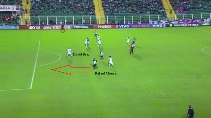 No momento do passe para Rafael Moura, David Braz demorou para sair e deu condições ao atacante (Foto: GloboEsporte.com)