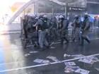 Pela 1ª vez, PM usa blindado com jato d'água para dispersar protesto em SP