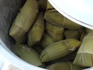Jacozinho produz 70 pamonhas por dia para vender em Caruaru (Foto: Vital Florêncio/ TV Asa Branca)