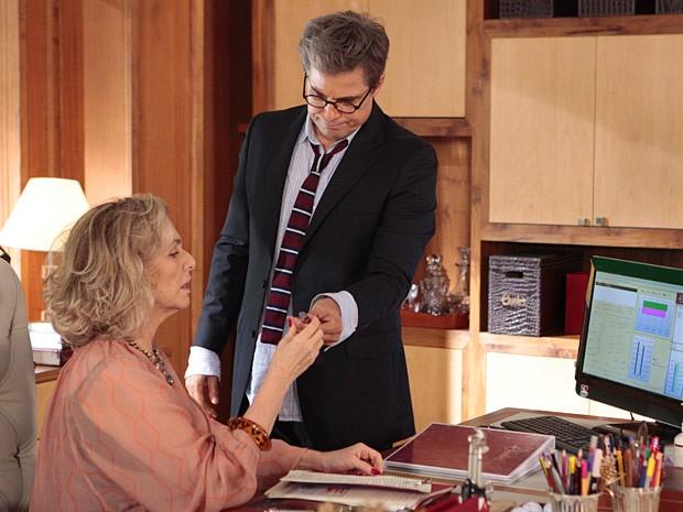 Felipe entrega o gravador a Charlô (Foto: Guerra dos Sexos / TV Globo)