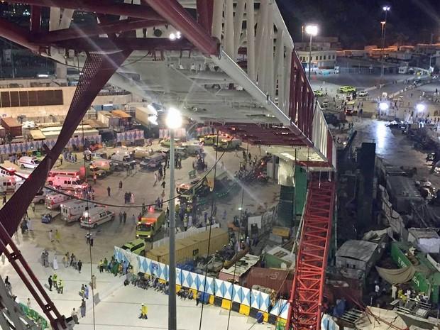 Estrutura do guindaste caiu sobre edificação da Mesquita de Meca. Dezenas morreram (Foto: AP/Saudi Interior Ministry General Directorate of Civil Defense)