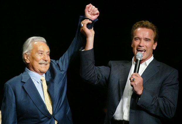 Em foto de 2003, Joe Weider com o ator Arnold Schwarzenegger (Foto: Eric Jamison/AP)